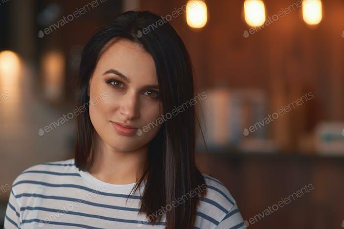 Крупным планом портрет брюнетка девушка дома
