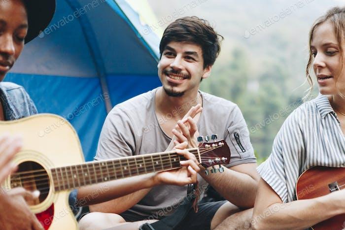 Gruppe junger erwachsener Freunde auf dem Campingplatz