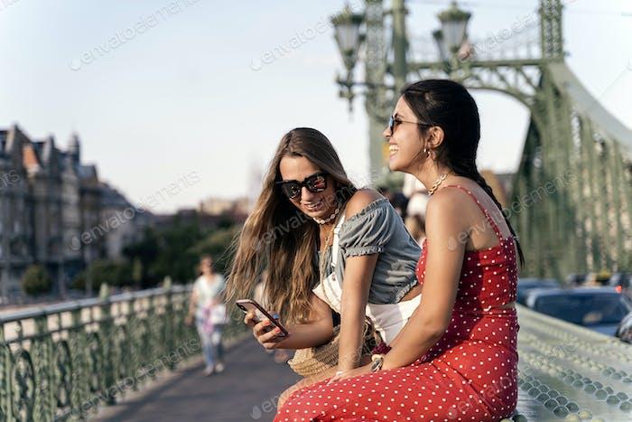 Junge Frauen genießen die Kommunikation untereinander auf der Brücke