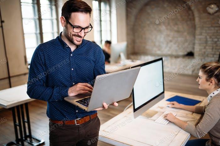 Junger Architekt arbeitet am Computer im Büro