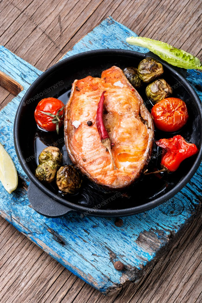 Salmon steak roasted with vegetable