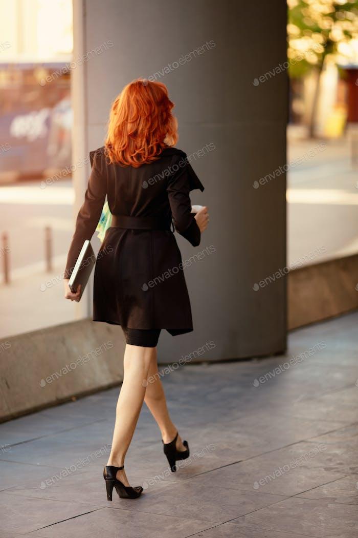 Erfolgreiche Geschäftsfrau auf dem Weg in Gebäude