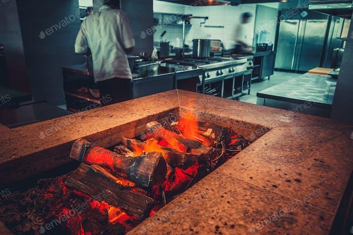 modernes Restaurant mit Kamin
