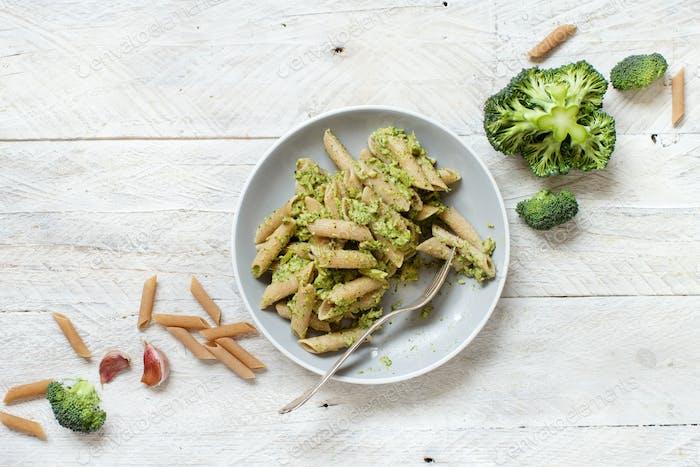 Vollkornpasta mit Brokkoli und Walnusscreme