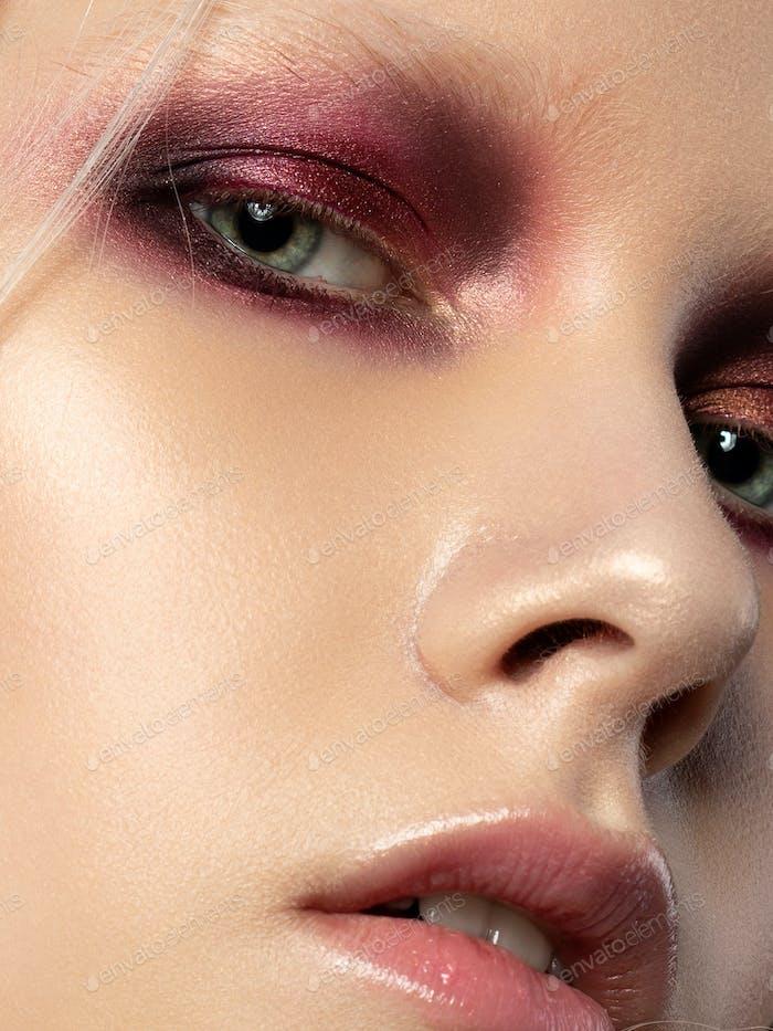 Junge schöne Frau mit Mode Make-up
