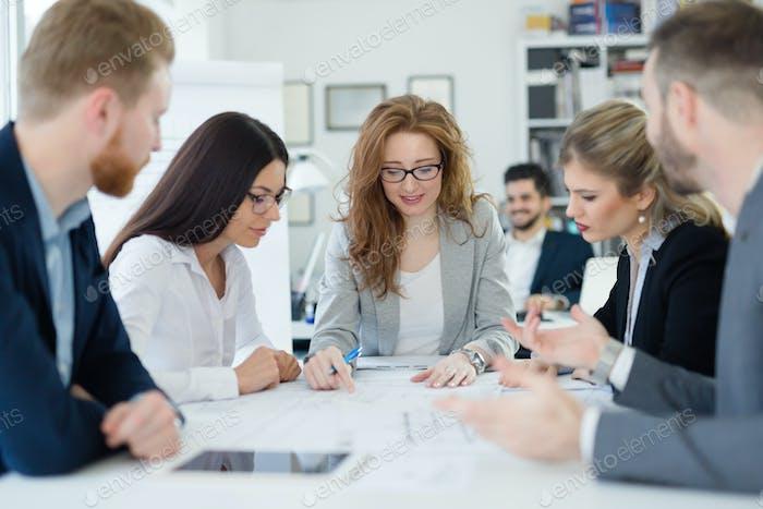 Geschäftstreffen und Teamarbeit von Geschäftsleuten