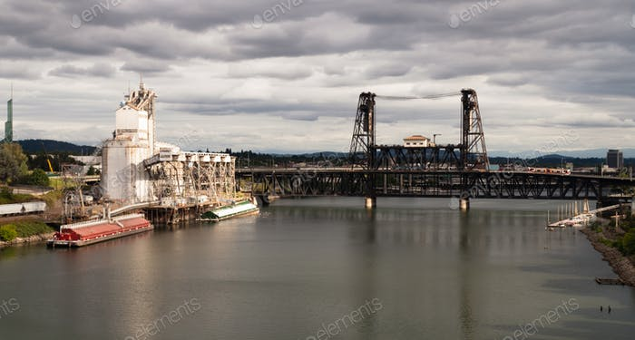 Korn Aufzug Barge Loading Willamette River Steel Bridge Portland