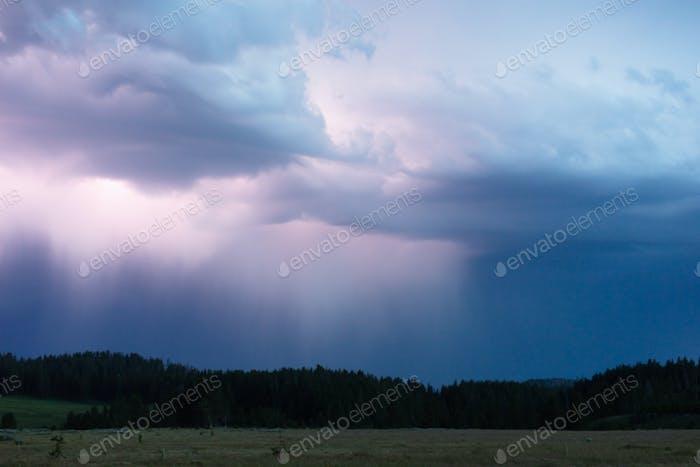 Буря быстро проходит через Норрис Каньон Роуд в Йеллоустоне