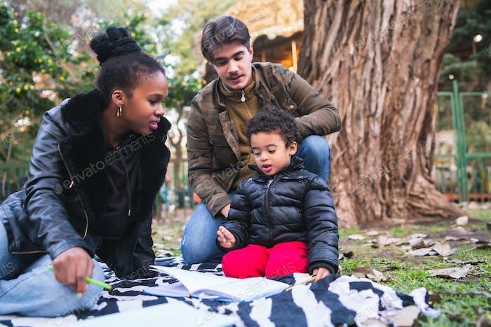 Gemischte Rasse ethnische Familie im Park.