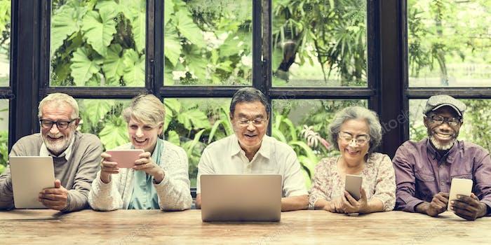 Gruppe von Senior Pensionierung mit digitalem Lifestyle-Konzept