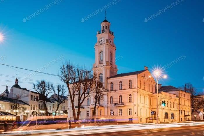 Witebsk, Weißrussland. Verkehr bei Lenina Straße Und Rathaus In Even