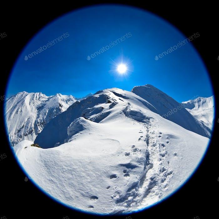 Fischaugenobjektiv Bild von Negoiu Spitze im Winter