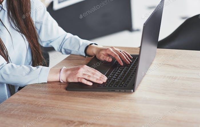 Wunderschöne junge Frau arbeitet von zu Hause mit ihrem Laptop Nahansicht