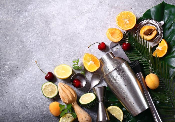 Cocktail-Shaker und Früchte