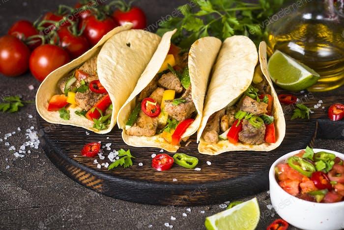Mexikanische Schweinetacos mit Gemüse und Salsa