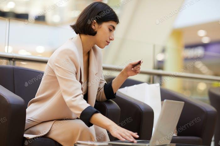 Geschäftsfrau Einkaufen Online