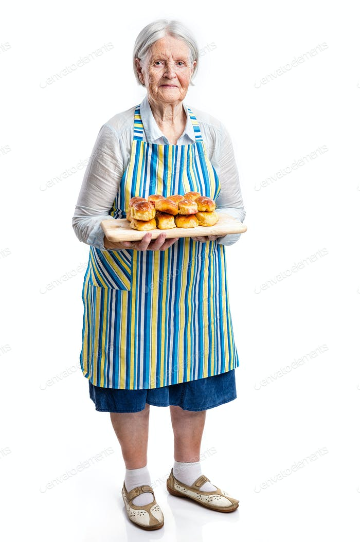 Senior Frau hält frische Brötchen