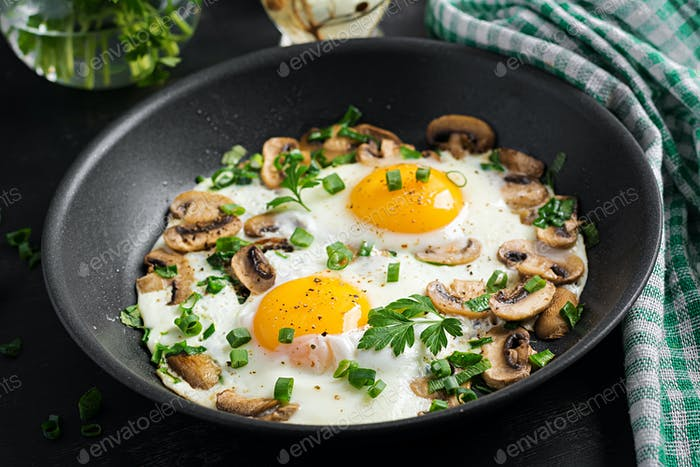 Spiegelei, Pilze und Spinat. Keto, Paläo-Frühstück.