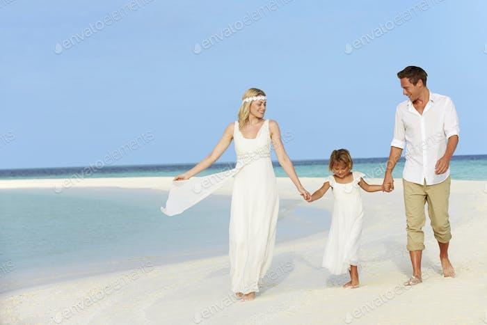 Familie am schönen Strand Hochzeit