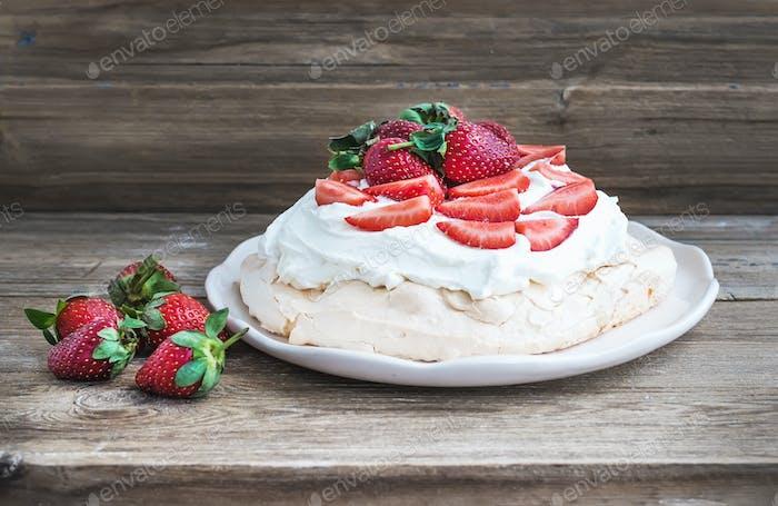 Rustikaler Pavlova Kuchen mit frischen Erdbeeren und Schlagsahne Ov