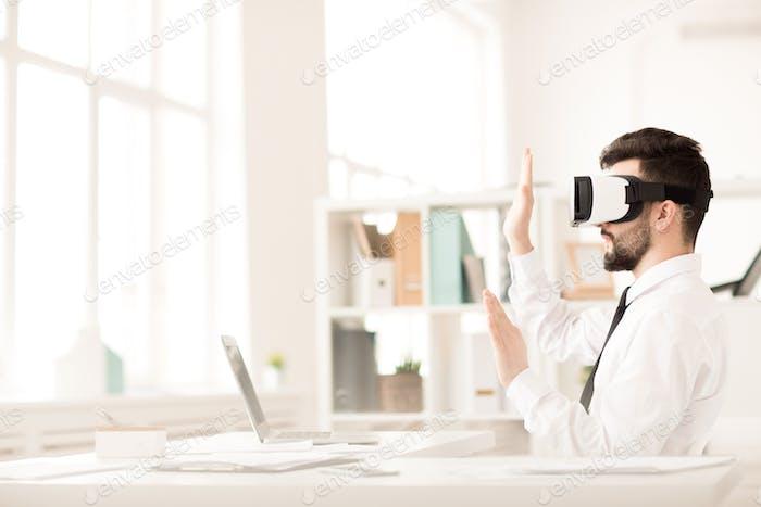 Hombre de negocios con auriculares virtuales
