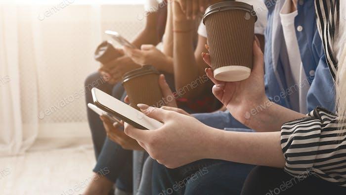 Generación adicta a los gadgets. Adolescentes Uso teléfonos, espacio libre
