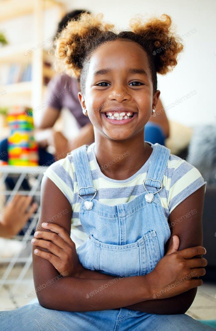 Schönes Porträt eines glücklichen kleinen afrikanischen amerikanischen Mädchen lächelnd