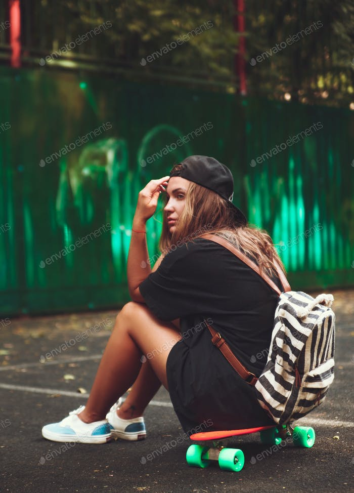 Junges Mädchen mit Kunststoff Orange Penny Shortboard