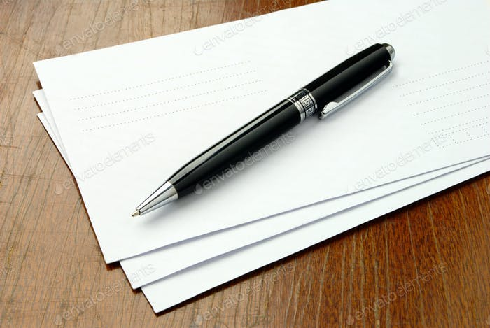 sobres y un bolígrafo