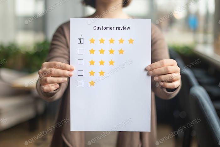 Frau Wahl mit Tick Fünf Sterne Bewertung auf Papier Blatt