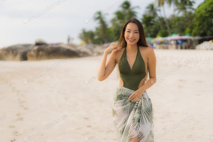 Retrato hermosas mujeres asiáticas feliz sonrisa relajarse en el tropical