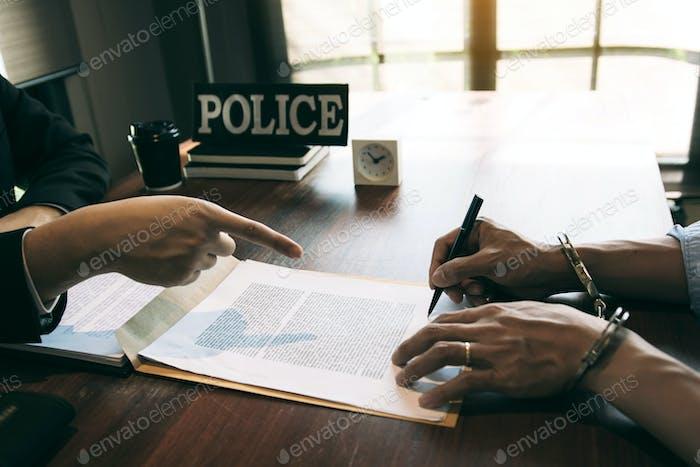 La policía señaló el documento para que el sospechoso firmara la denuncia y esposó el arresto.