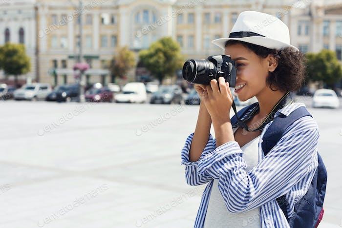 Afroamerikanische Frau fotografiert mit Kamera im Urlaub
