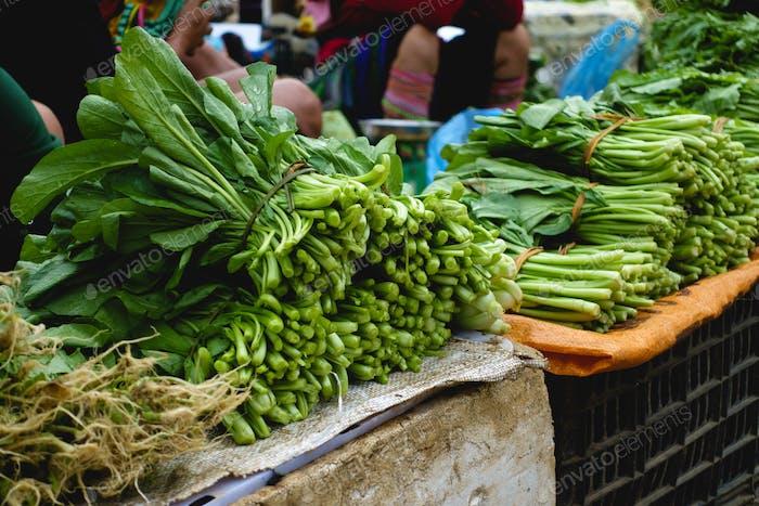 Grüne Spinatblätter auf dem Straßenmarkt