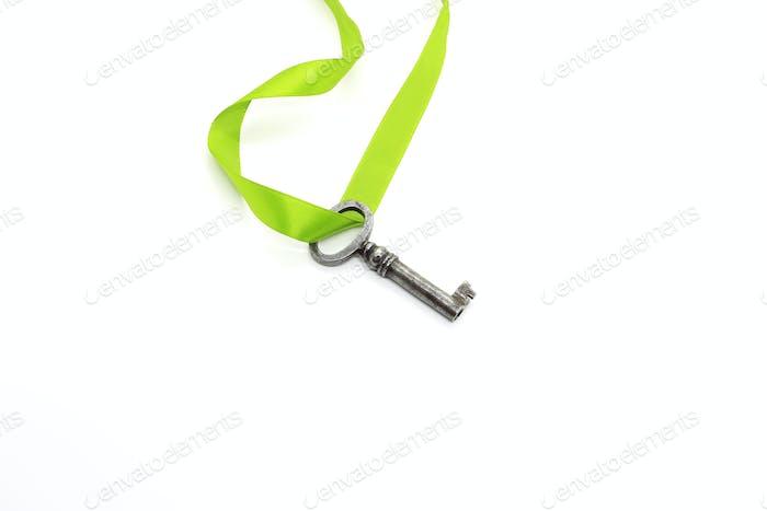 Silberner Vintage-Schlüssel mit grünem Band