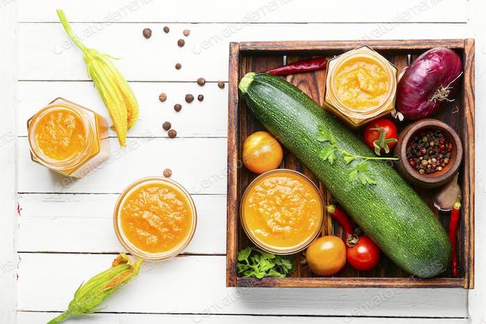 Caviar de verduras en frasco de vidrio