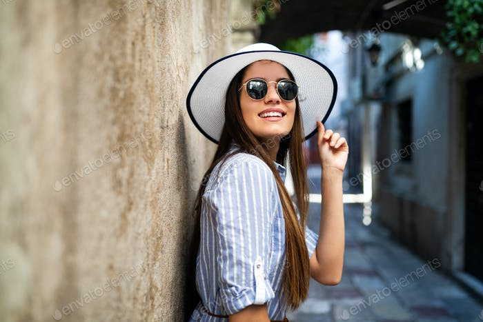 Smiling summer woman with hat and sunglasses on vacation