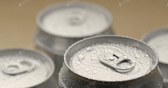 Dose Bier in Wassertropfen