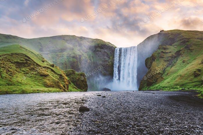 Famosa cascada Skogafoss en el río Skoga en la hora del amanecer