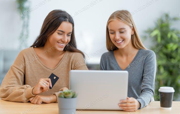 mujeres que hacen compras en línea.