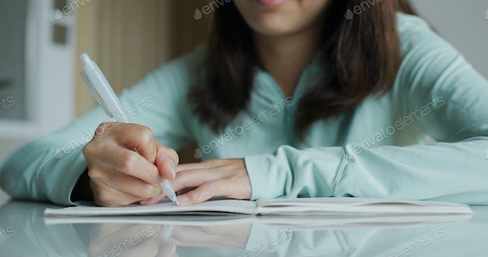 Frau schreiben auf Notebook zu Hause