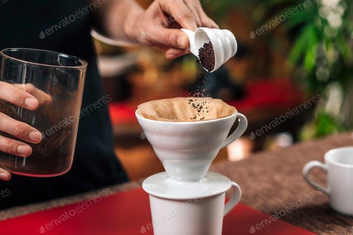 Filterkaffee. Gießen gemahlenen Kaffee in manuelle Tropfkaffee Mak