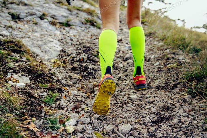 Beine weiblichen Läufer in gelb Kompressionssocken