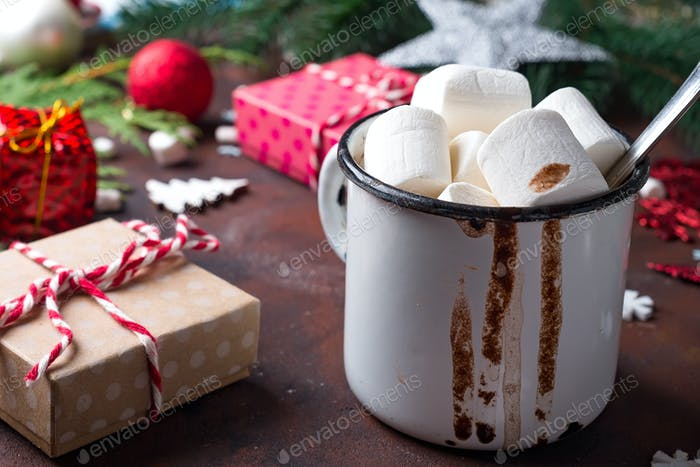Emaille Tasse heißen Kakao mit Mini-Marshmallows mit Kiefernästen vor weißem Hintergrund mit