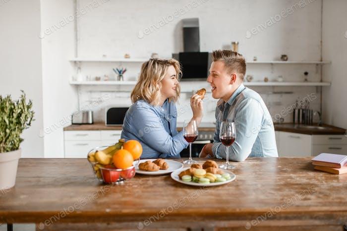 Liebespaar am Tisch sitzen, romantisches Abendessen