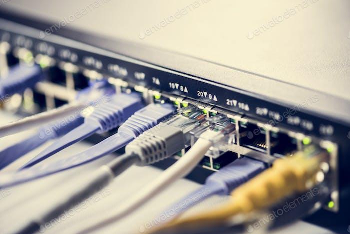 Kabel, die mit einem Hub verbunden sind