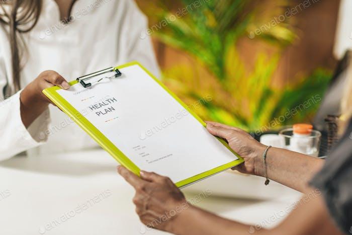 Medicina preventiva, entrega de un plan de salud personalizado a un cliente