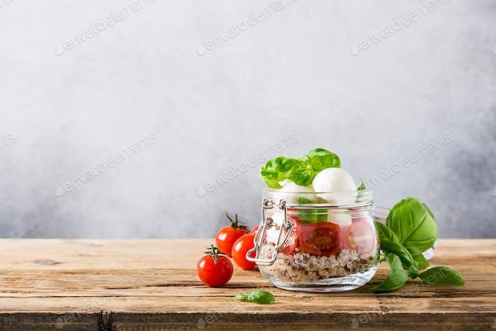 Caprese-Salat in Glasgefäß.