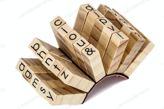 Gummistempel der englischen alphabetischen, isoliert auf weißem Rücken
