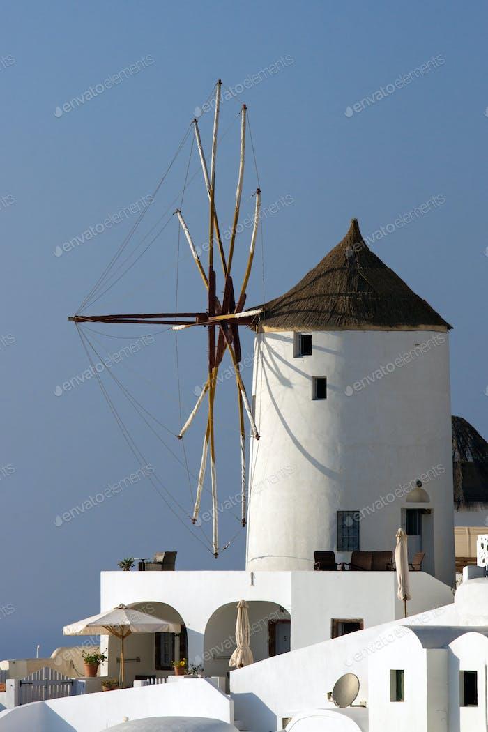Typische Windmühle in Oia